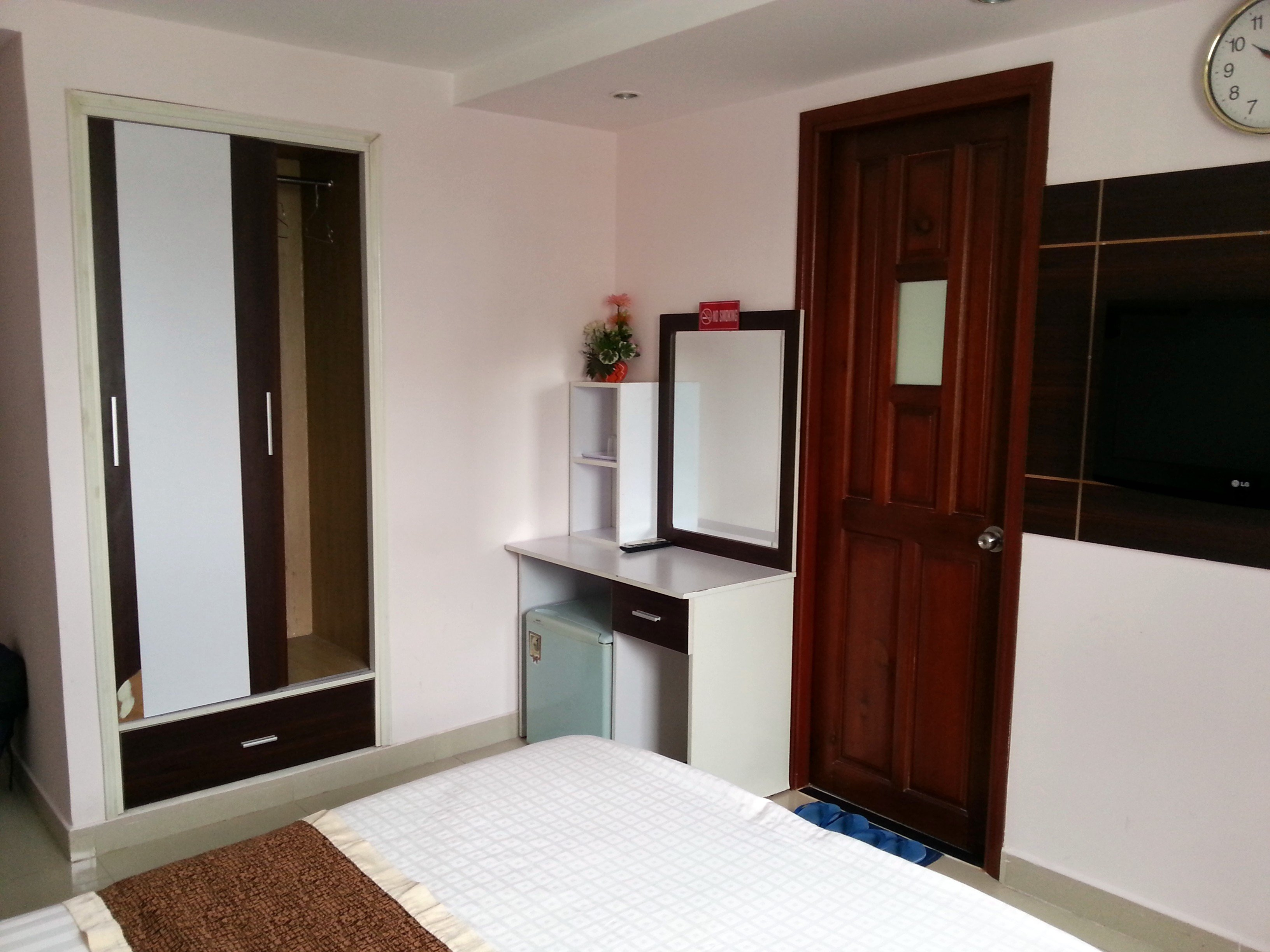 Fridge and wardrobe at the Huong Mai Hotel